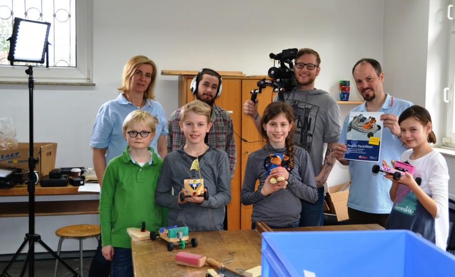 : Linus (vordere Reihe, v.l.n.r), Joshua, Emmelie und Lina erklären in den Videos gemeinsam mit Matthias Müller (hintere Reihe, rechts), wie ein Fleckiflitzer gebaut wird. Foto: WFG