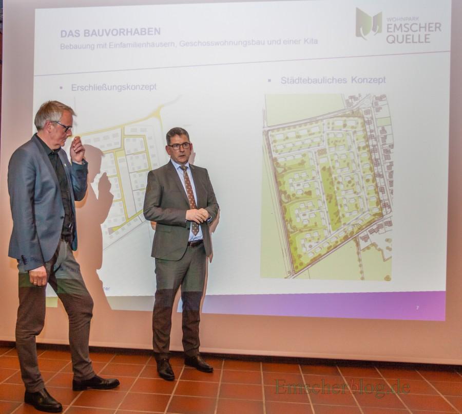 Im Planungs- und Bauausschuss stellte Wilma-Projektmanager Andreas Häcker (r.), hier mit Fachbereichsleiter Uwe Nettlenbusch, erstmals öffentlich die Planungen für den Wohnpark Emscherquelle vor.