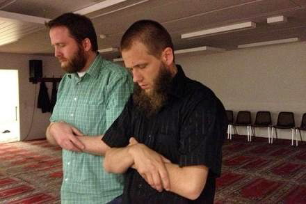 Brüder im Geiste und enge Weggefährten: Foto zeigt Marcel Krass (li.) mit Sven lau beim Gebiet in einer Moschee. (Quelle: http://www.pi-news.net)