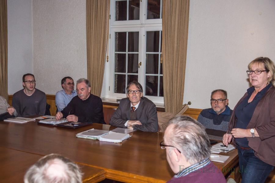 In einer öffentlichen Fraktionssitzung des Holuwiockeder Bürgerblocks beantworte der Unnaer Rechtsanwalt Joachim Wastl (2.v.r.) die Fragen der Mitglieder und Gäste zum Planfeststellungsverfahren der Ostumgehung. (Foto: P. Gräber - Emscherblog.de)