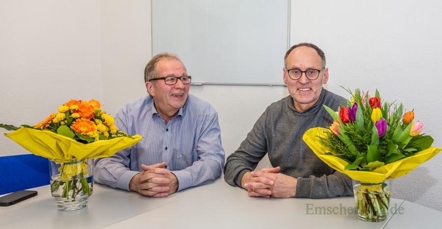 Zum 25-jährigen Dienstjubiläum gab es neben guten Wünschen und einer Ehrenurkunde auch BVlumen von den Kollegen: Christian Grimm (r.), der stellvertretende Leiter des FB III (Finanzen) , hier mit Kämmerer Rudi Grümme. (Foto: P. Gräber - Emscherblog.de)
