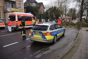 Einsatzkräfte zerlegen einen umgestürzten Baum am Kreishaus. (Foto: Max Rolke - Kreis Unna)