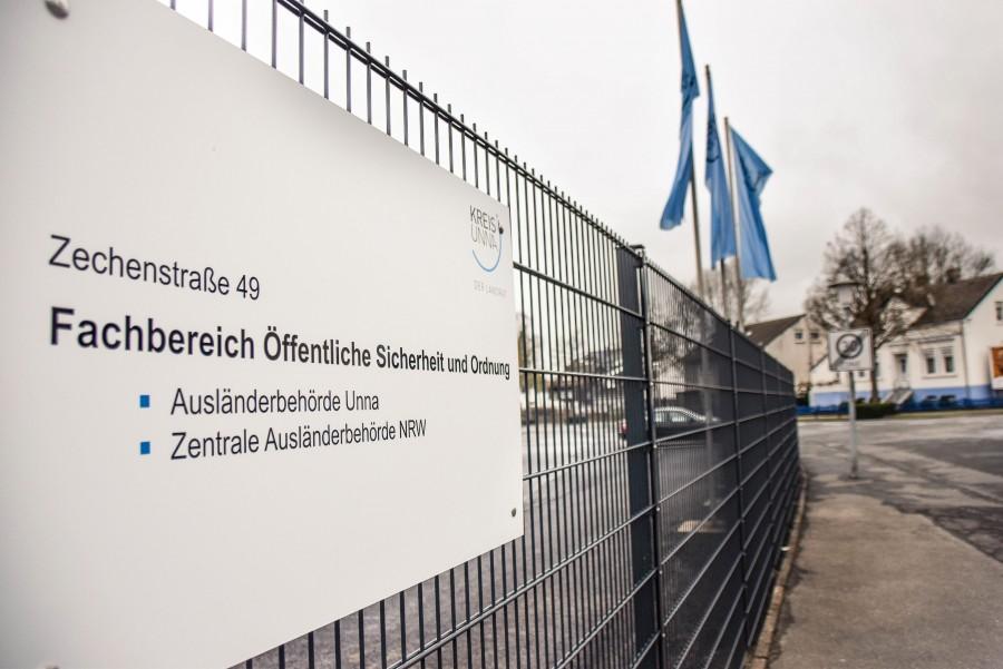 Das Schild am Eingang zeigt, welche Dienststellen in dem Gebeäude an der Zechenstraße 49 zu finden sind: die Zentrale Ausländerbehörde und die Ausländerbehörde Unna. (Foto: Max Rolke . Kreis Unna)