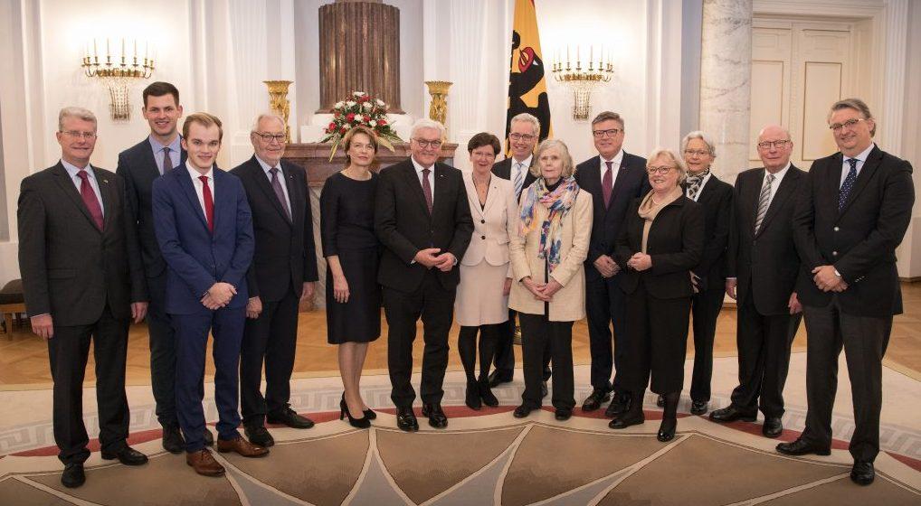 Das Foto zeigt Bundespräsident Frank-Walter-Walter Steinmeier (6.v.l.) und seine Ehefrau Elke Büdenbender (5. v.l.) anlässlich der Preisverleihung mit den Vertretern der VDFG, unter ihnen die beiden Holzwickeder Jochen und Lennart Hake (5.v.r und 3.v.l.)(Foto: Bergmann/Bundespräsidialamt)