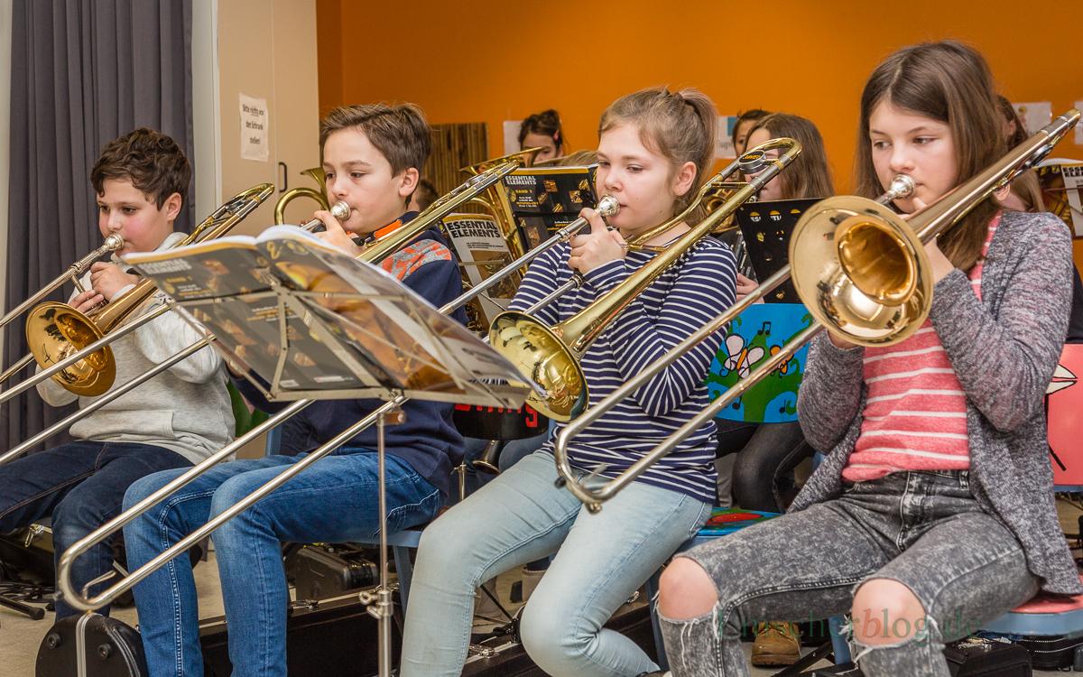 """Auf großes Interesse der Besucher stießen die musischen Fächer. Die Bläserklasse 5 b gab eine Kostprobe """"live"""" unter Leitung von Musiklehrer Jochen Weichert.  (Foto: P. Gräber - Emscherblog.de)"""