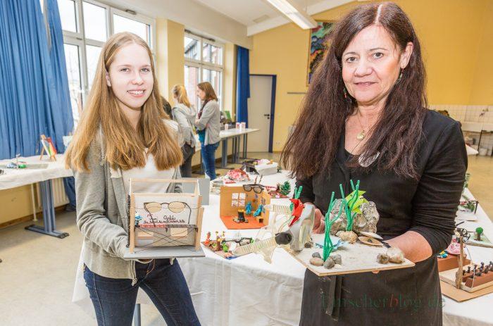 In der oberen Etage stellten u.a. Kunstlehrerin Andrea Lücking und Schülerin Madeleine Dürdaut gemeinsam kreative Modelle vor, die im Kunstunterricht des CSG entstanden sind. (Foto: P. Gräber - Emscherblog.de)