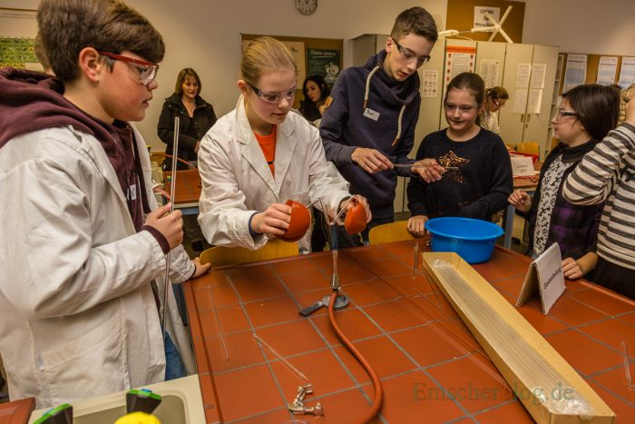 CSG-Schüler führten gemeinsam mit jungen Besuchern naturwissenschaftliche Experimente durch. (Foto: P. Gräber - Emscherblog.de)