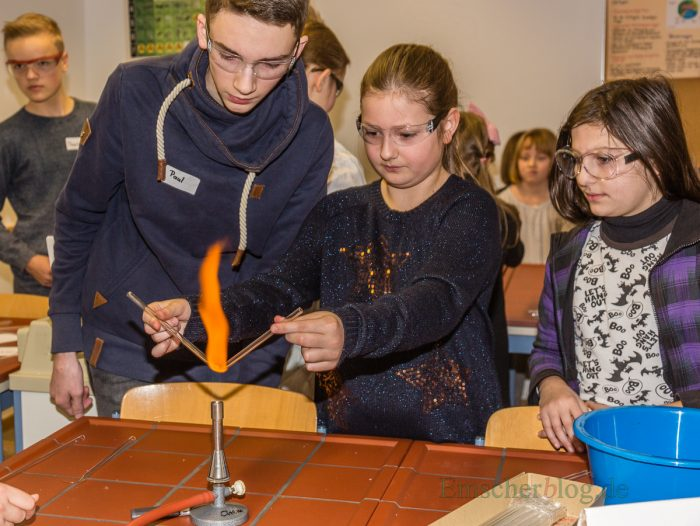 Natürlich durften auch die kommenden Mitschülern schon mal unter Aufsicht älterer Schüler Hand anlegen bei den Experimenten. (Foto: P. Gräber - Emscherblog.de)