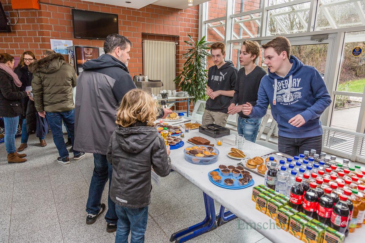 Schüler der Oberstufe kümmern sich um das Catering für die großen und kleinen Besucher.(Foto: P. Gräber - Emscherblog.de)