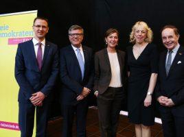 von l.n.r.: Lars Berger, Jochen Hake, Ministerin Yvonne Gebauer, FDP-MdL Susanne Schneider und Jörg van Essen, parl. GF der vormaligen FDP-BT-Fraktion. (Foto: privat)