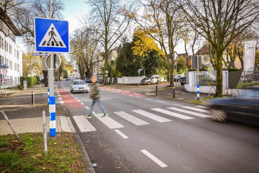 Ein Fußgänger geht über den Zebrastreifen. Hier ist klar, dass Autofahrer anhalten müssen, um ihn über die Straße gehen zu lassen. (Foto Max Rolke - Kreis Unna)