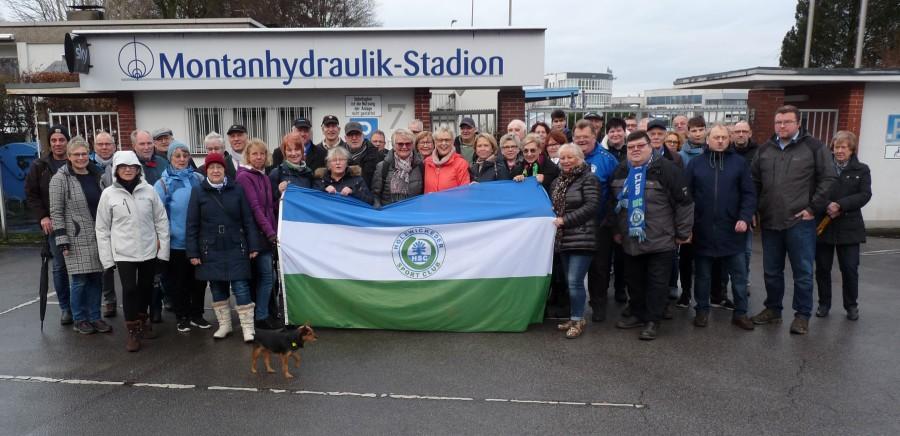 Recht stattlich war wieder die Zahl der Teilnehmerinnen und Teilnehmer, die sich vor dem Montanhydraulik-Stadion zur traditionellen Silvesterwanderung des HSC zum Hof Riedel in Hengsen einfand. (Foto: privat)