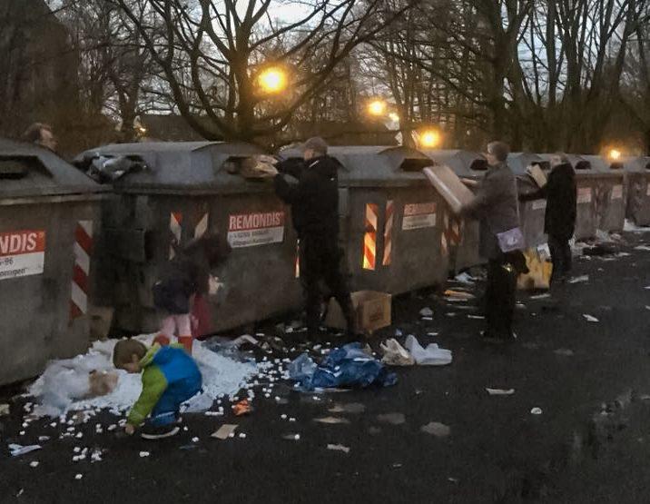 Spontan verabredeten sich diese Holzwickeder Bürger über die sozialen Medien zur Säuberungsaktion des Containerstandortes auf dem Parkplatz an Kirchstraße. (Foto: privat)