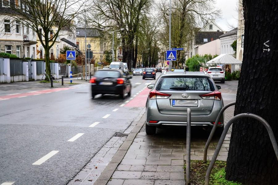 Dort darf eigentlich kein Auto stehen: Dass vor dem Zebrastreifen eine Einfahrt ist, ist nicht mehr zu erkennen. Auch Fußgänger, die von rechts über den Zebrastreifen möchten, können nicht rechtzeitig erkannt werden. (Foto: Max Rolke – Kreis Unna)