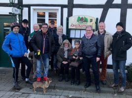 Die Teilönehmer der Neujahrswanserung der HSC-Radtouristern vor Oma Kepmann. (Foto: privat)