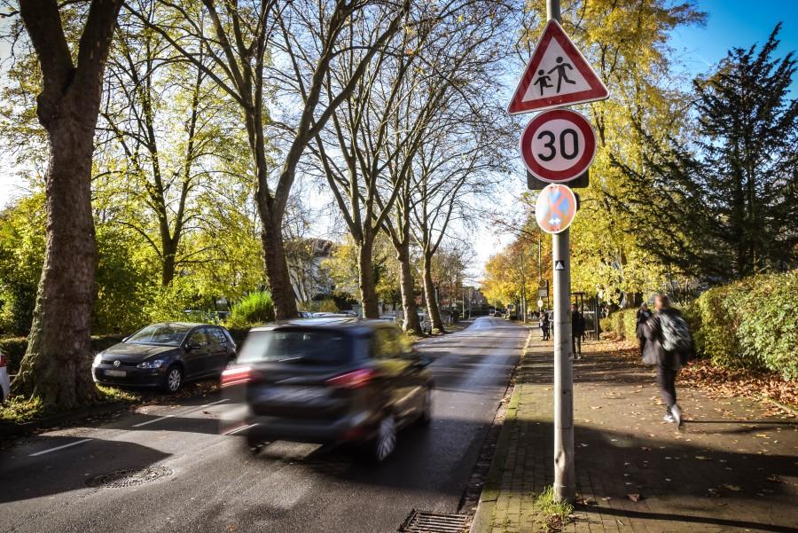 Hier gilt Tempo 30. Ist kein weiteres Schild aufgestellt, gilt es solange, bis die Gefahrenstelle – hier eine Schule – hinter dem Autofahrer liegt. Foto: Max Rolke - Kreis Unna
