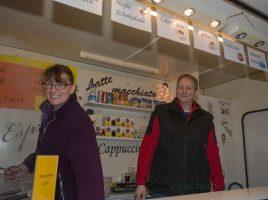 Martina und Udo Ruppensteion, wie sie ihre Kunden azuf dem Holzwickeder Wochenmarkt kennen: Ihren Waffelstand wollen die beiden jetzt verkaufen. (Foto: P. Gräber - Emscherblog.de)