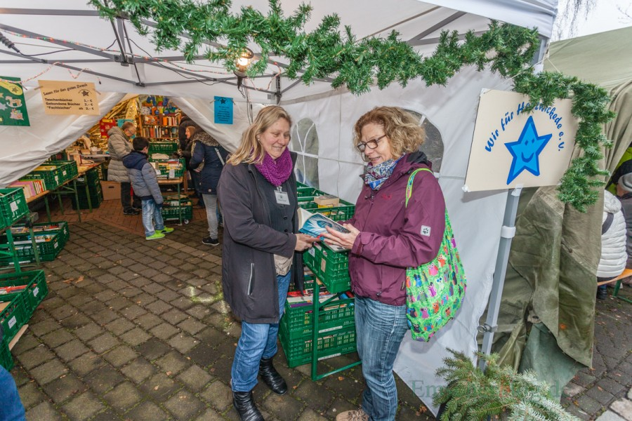 """Mit Aktionen wie dem Bücherverkauf auf dem Weihnachtsmarkt sammelt der Verein """"Wir für Holzwickede"""" auch selbst Geld ein. Der Großteil der Gelder stammt jedoch aus Spenden . (Foto: P. Gräber - Emscherblog.de)"""