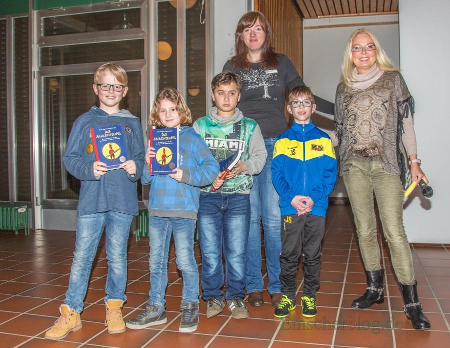 Martina Bier (r., Kreis Unna) und Kristina Cikes (Gemeinde Holzwickede) mit den Gewinnern der Buchpreise. (Foto: P. Gräber - Emscherblog.de)