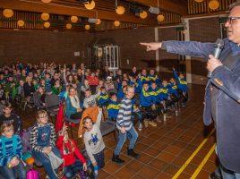 Das Interesse an der Kinderuni zum Thema Mathematik und Fußball heute im Forum mit Prof. Dr. Ralf Lanwehr (r.) war groß: Gut 200 Kinder und Eltern aus dem ganzen Kreis nahmen an der Veranstaltung teil. (Foto: P. Gräber - Emscherblog.de)