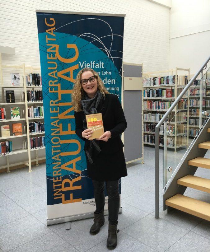 Lädt anlässlich des Frauentages zu einer Lesung in die Gemeindebücherei ein: Holzwickedes Gleichstellungsbeauftragte, Manuela Hubrach. (Foto: Gemeinde Holzwickede)