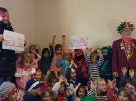 Gemeinsam mit Dunja Jung (l.) überreichte Achim Proba nheute die beiden Geldspenden an die Kinder und Leiterinnen der beiden Einrichtungen. (Foto: privat)