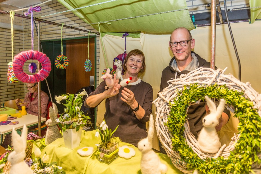 """Thomas Fischer, hier mit Margarethe Stucke, bietet aus Filz gefertigte Hasen, Handpuppen und dekorative Gestecke am gemeinsamen Stand mit seiner Frau an: """"Wir kommen immer wieder gerne zum Holzwickeder Frühling und freuen uns vorher schon richtig darauf."""" (Foto: P. Gräber - Emscherblog.de)"""