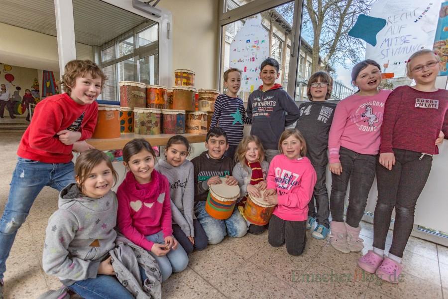 In den zweiten Klassen der Dudenrothschule wurden im Religions- und Kunstunterricht Trommeln und Spielzeuge gebastelt. Die Trommeln wurden von den Kindern heute zugunsten der Partnerschule in Kenia verkauft. (Foto: P. Gräber - Emscherblog.de)