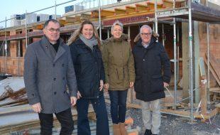 Karin Rose (2.v.l.) informierte sich bei Boris Jankiewicz (r.), seiner Frau Andrea und Architekt Jochen Grimm über den Baufortschritt. Foto: WFG - Ute Heinze)
