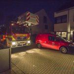 Feuerwehr mit Drehleiterfahrzeug auf Hindernisfahrt in Wohnquartieren