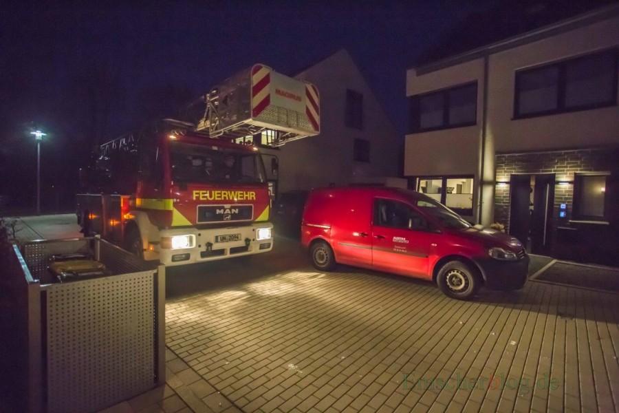 Die Freiwillige Feuerwehr war am Montagabend mit ihrem großen Drehleiterfahrzeug am Hilgenbaumweg und in anderen Wohnquartieren unterwegs. (Foto: P. Gräber - Emscherblog.de)