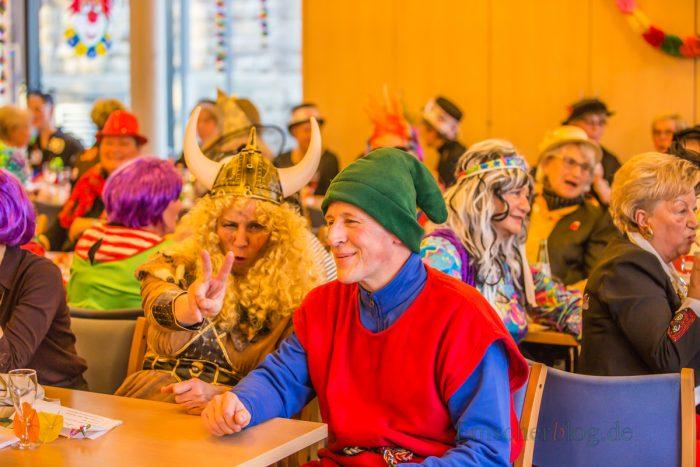 Fantasievoll kostümiert und bestens gelaunt feierten die Frauen der KFD Liebfrauen heute Weiberfastnacht im Alois-Genmmeke-Haus. Auch Bürgermeisterin Ulrike Drossel als Wikingerin und Gartenzwerg Bernhard Middelanis hatten ihren Spaß. (Foto: P. Gräber - Emscherblog.de)