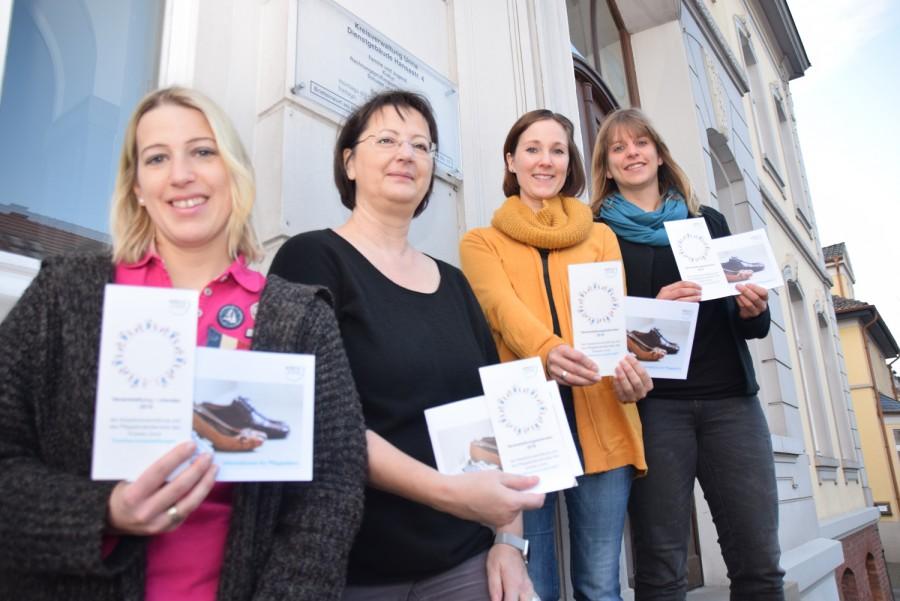 Das Team vom Pflegekinderdienst mit Flyern voller Informationen für Pflegeeltern vor dem Dienstgebäude an der Hansastraße: (v.l.n.r.) Desiree Dettke, Eva Berger-Haschke, Stefanie Bendlin und Annika van der Graaf. (Foto: Max Rolke – Kreis Unna)