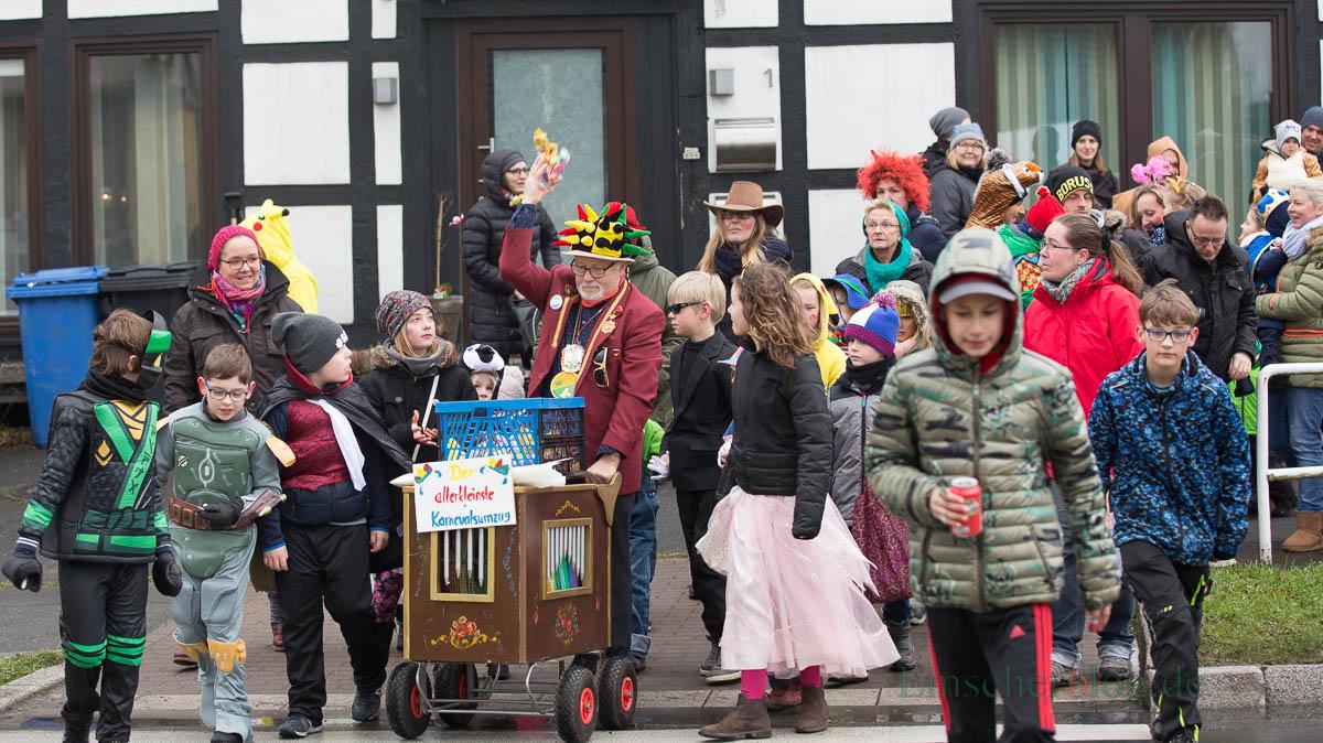 Pünktlich um 11.11 Uhr startete Achim Proba heute zum allerkleinsten Karnevalsumzug rund um den Kreisel in Hengsen. (Foto: P. Gräber - Emscherblog.de)