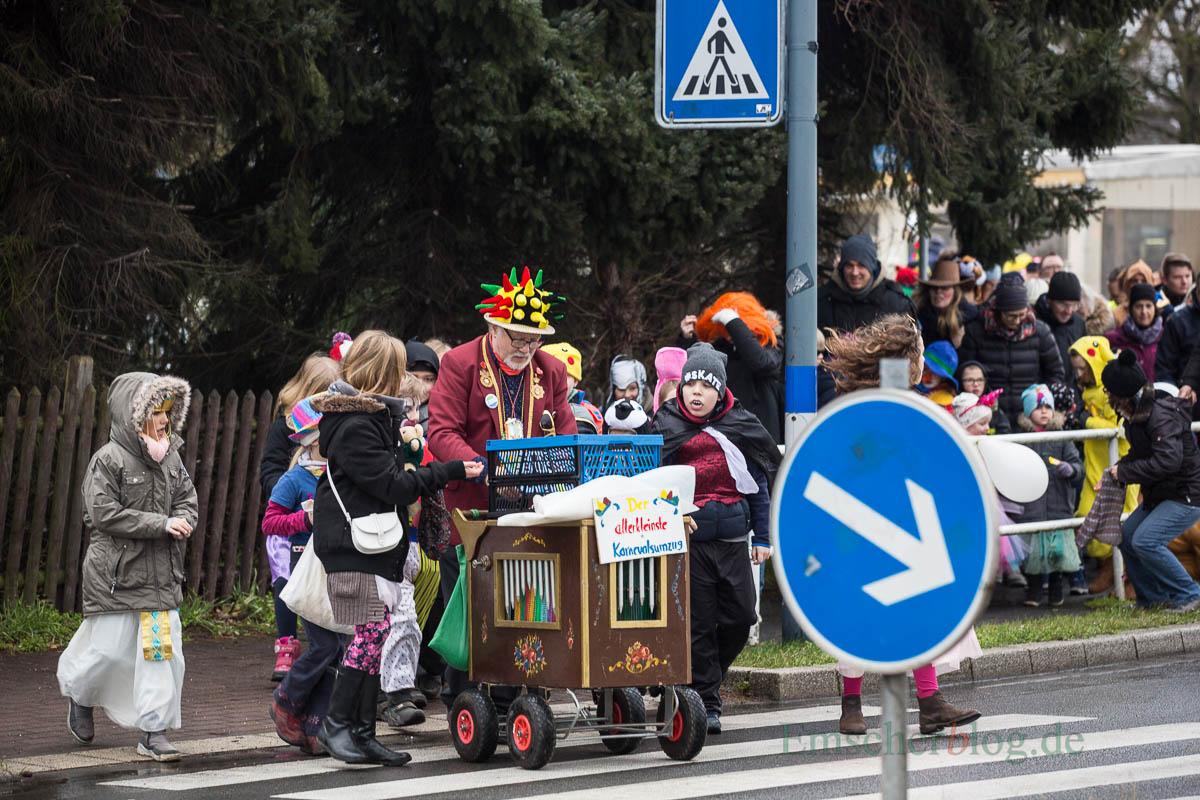 Zum 9. Mal startete Achim Proba heute (11. Februar) seinen allerkleinsten Karnevalsumzug rund um den Kreisel in Hengsen. Viele fantasievoll kostümierte kleine und große Narren wollten sich dieses karnevalistische Highlight nicht entgehen lassen. (Foto: P. Gräber - Emscherblog.de)
