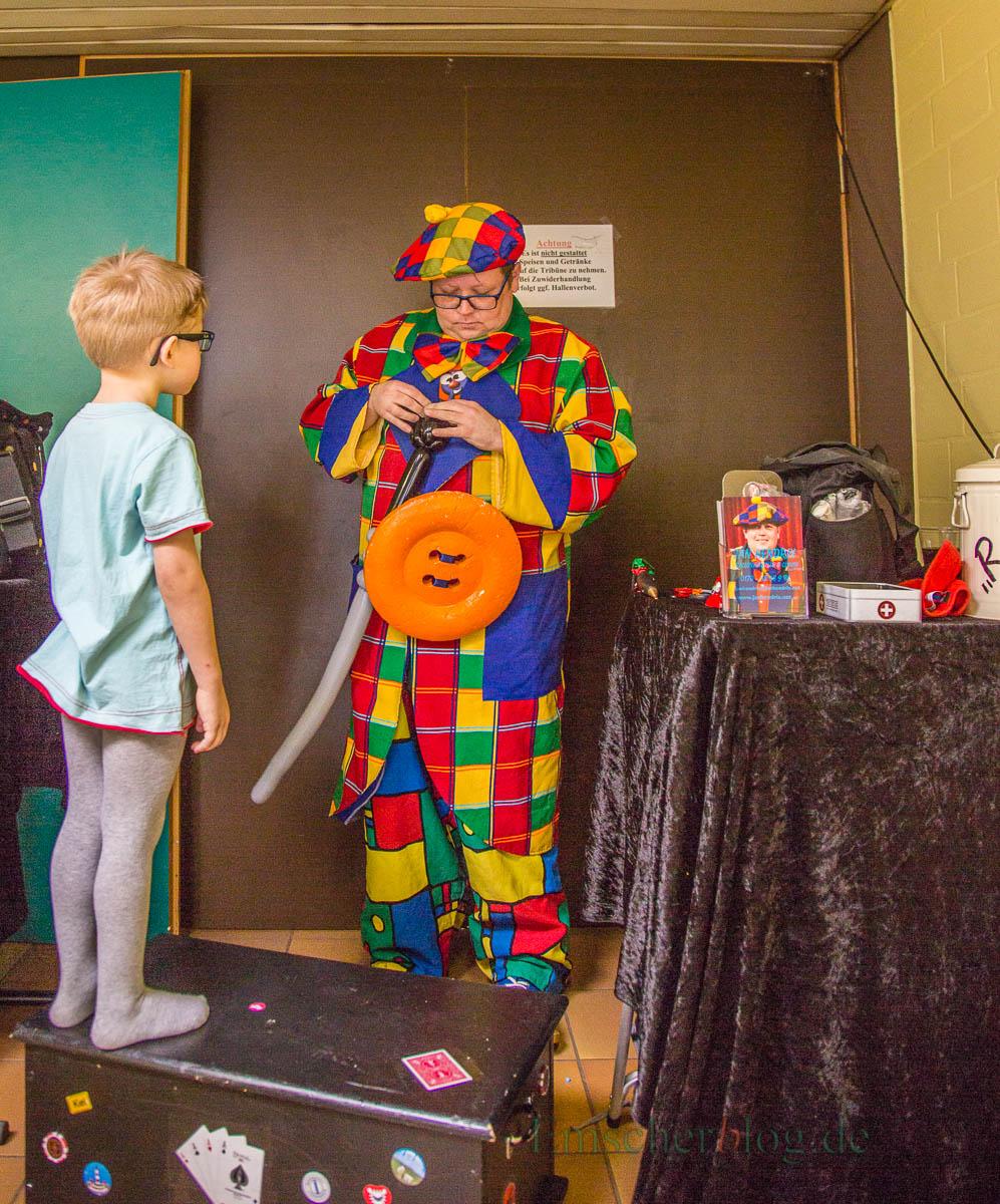 Karnevalistisch angehaucht war das 21. Spielfest des HSC heute in der Hilgenbaumhalle: Etwa 300 Kinder und Eltern, viele davon kostümiert, waren der Einladung des HSC zum Besuch des Spieleparcours gefolgt. 30 Helferinnen und Helfer des HSC-Gesundheitssports kümmerten sich unermüdlich um die Gäste. (Foto: P. Gräber - Emscherblog.de)