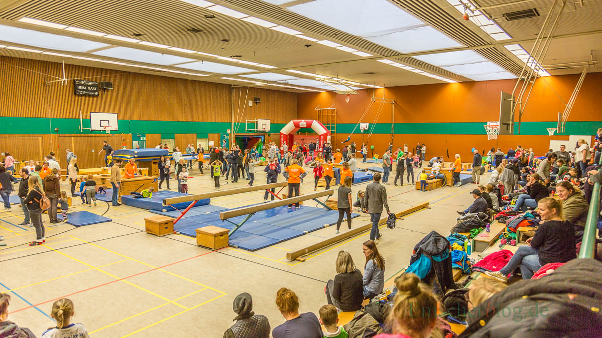 Etwa 300 Kinder und Erwachsene, viele davon kostümiert, fanden den Weg heute in die Hilgenbaumhalle, wo der HSC zum 21. Spielfest geladen hatte. (Foto: P. Gräber - Emscherblog.de)