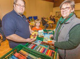 """Auch Birgit Poller vom Verein """"Wir für Holzwickede"""" ist zufrieden: Ihr Büchertisch mit blutigen Vampir-Geschichten für große und kleine Leser kam gut an. (Foto: P. Gräber - Emscherblog.de)"""