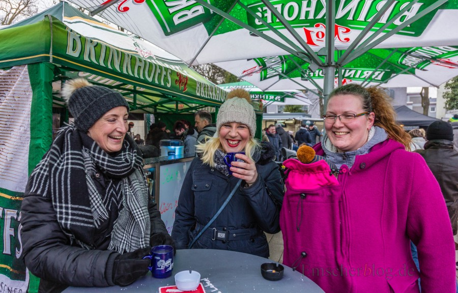 Richtig warm eingepackt genossen diese drei Damen heute die Winter Edition des bveliebnten Streetfoodmarktes in Holzwickede. (Foto: P. Gräber - Emscherblog.de)