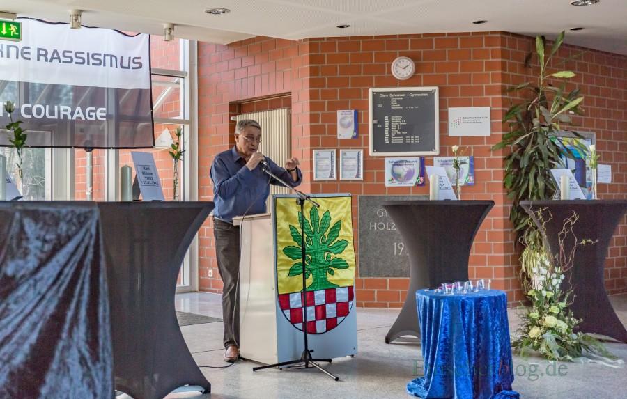Mit der Erinnerung an die anonymen NS-Opfer wird ihnen auch ein Namen und die Würde wiedergegeben: Wilhelm Hochgräber eröffnet die zentrale Gedenkveranstaltung für die Opfer des Nationalsozialismus heute im Foyer des CSG. (Foto: P. Gräber - Emscherblog.de)