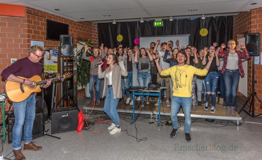 Als kleines Dankeschön für den überragenden Auftritt des CSG-Schulchores beim WDR-Chorwettbewerb gab die Gemeinde heute eine Party für alle Beteiligten . Selbstverständlich gab es auch einen Liveauftritt von Clara's Voices. im Foyer des CSG. (Foto: P. Gräber - Emscherblog.de)