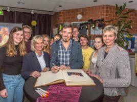 Die Mitglieder von Clara's Voice und alle, die beim Finale in Köln dabei waren, durften sich ins Goldene Buch der Gemeinde eintragen. (Foto: P. Gräber - Emscherblog.de)