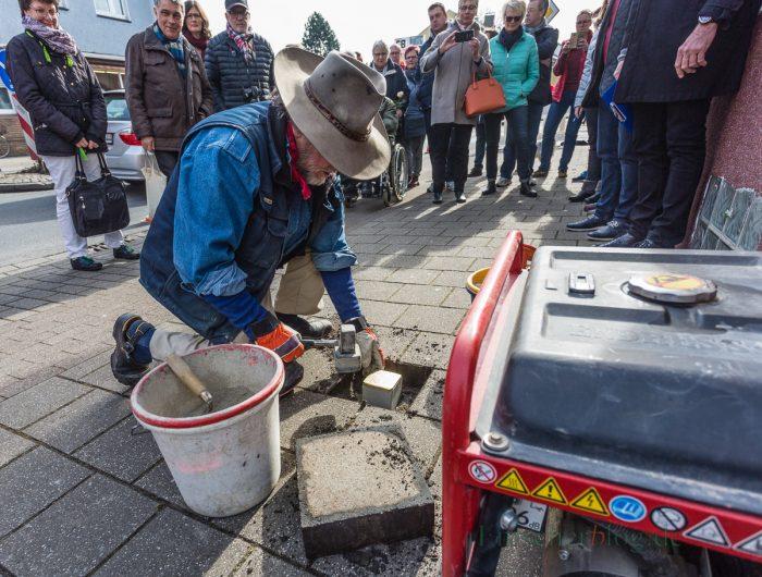 Der Kölner Künstler Gunther Demnig verlegt den ersten von insgesamt fünf Stolpersteinen zur Erinnerung an fünf Holzwickeder NS-Opfer. (Foto: P. Gräber - Emscherblog.de)