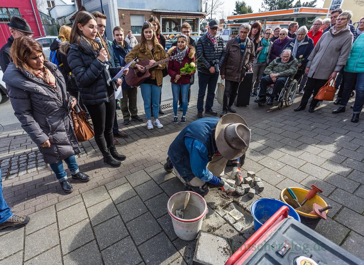 Der Kölner Künstler Gunther Demnig bei der Verlegung des ersten Stolpersteins vor dem Haus Nordstraße 19, der letzten Wohnadresse des NS-Opfers Friedrich Ellerkmann. (Foto: P. Gräber - Emscherblog.de)