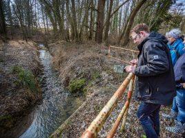 Die Teilnehmer der Gewässerschau begutachteten heute auch den Natorper Bach in Höhe der Natorper Mühle. (Foto: P. Gräber - Emscherblog.de)