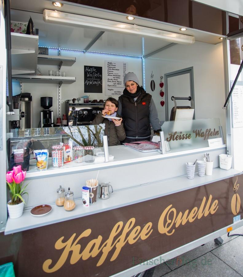 Freut sich über das Interesse der Holzwickeder und will künftgig regelömäßig kommen: Susanne Marklein, hier mit Tochter Maya, in ihrem Kaffee- und Waffelstand. (Foto: P. Gräber - Emscherblog.de)