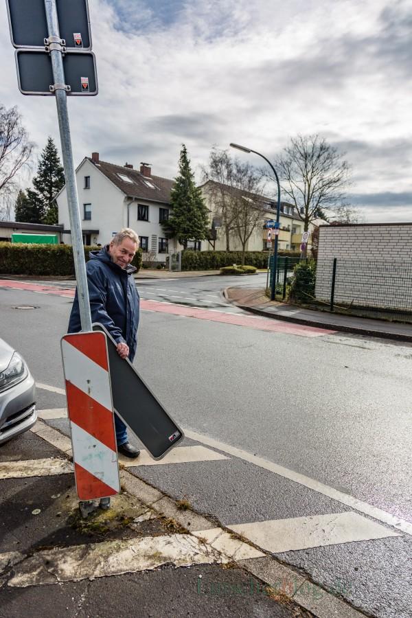 Jürgen Bäsig mit einer der Baken, die genau wie Verkehrsschilder, Poller und Bordstein bei den Wendemanövern der Lkw im Einmündungsbereich Natorper- und Kantstraße regelmäßig kaputtgefahren werden. (Foto: P. Gräber - Emscherblog.de)