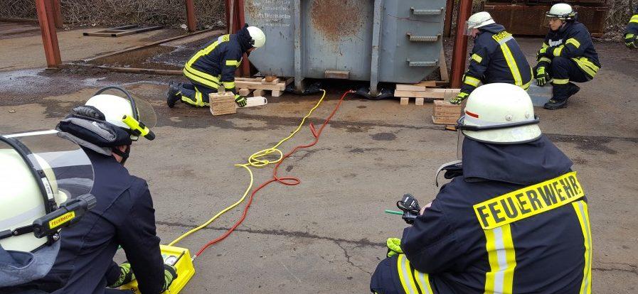 Ein Container mit ca. 15 t wurde mit Hebekissen angehoben und mit Unterbaumaterial gesichert. (Foto: privat)