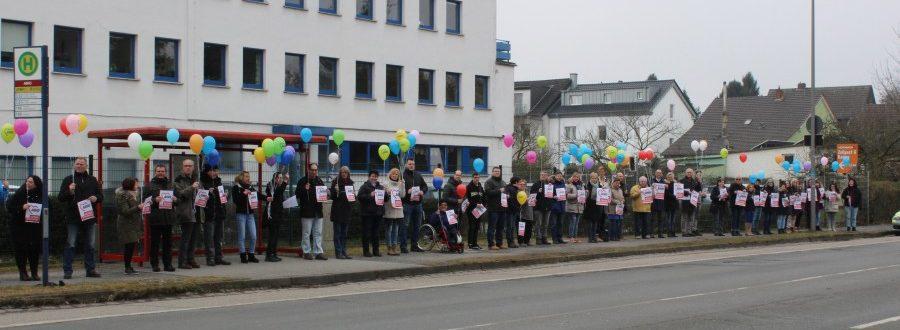 Die Mitarbeitenden der AWO Geschäftsstelle in Kamen setzen mit bunten Luftballons und einer Menschenkette ein Zeichen für Toleranz und gegen Rassismus. Foto: AWO Kreis Unna)