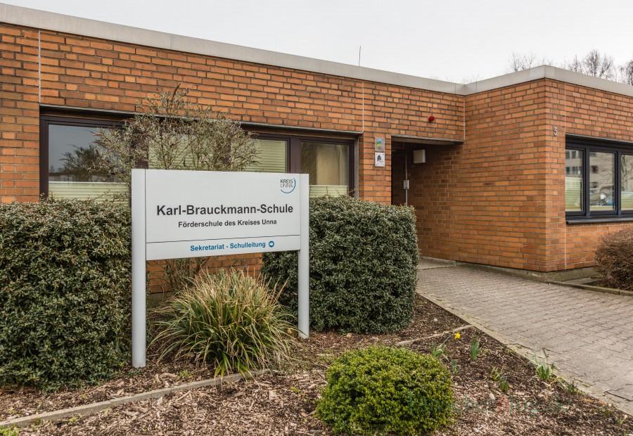 """Vertreter der CDU-Kreistagsfraktion haben sich bei einem Besuch vom baulichen Zustand der Karl-Brauckmann-Schule in Holzwickede überzeugt: """"Es besteht zweifelsfrei dringender Handlungsbedarf."""" (Foto: P. Gräber - Emscherblog.de) Karl-Brauckmann-Schule"""